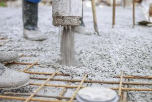 Jaki beton wybrać na fundamenty domu i jak przeliczyć jego zapotrzebowanie?