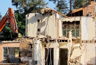 Na co zwrócić uwagę wybierając firmę do rozbiórki budynku?