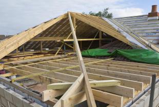 Jakie są najważniejsze cechy drewna konstrukcyjnego?