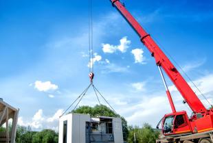 Usługi dźwigowe wykonywane przy budowie obiektów