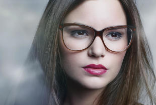 Drewniane oprawki i inne trendy okularowe – sprawdź, jakie okulary są teraz modne