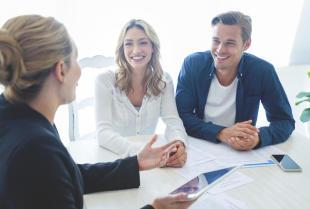 Czym zajmują się agenci ubezpieczeniowi i kiedy warto skorzystać z ich usług?