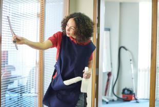Czym się kierować, wybierając idealną firmę sprzątającą?