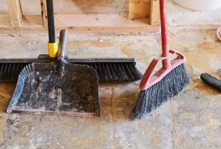 Warto zatrudnić firmę sprzątającą.