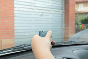 Brama garażowa rolowana - dlaczego warto ją zastosować?
