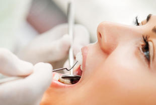 Chirurgiczne usuwanie zęba częściowo lub całkowicie zatrzymanego.