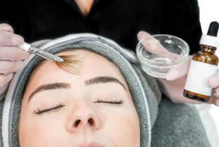 Eksfoliacja kwasami, czyli jak dbać o skórę problematyczną