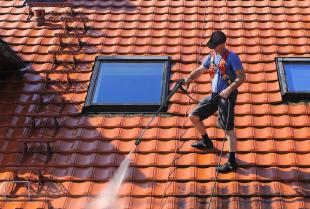 Na czym polega czyszczenie dachu?