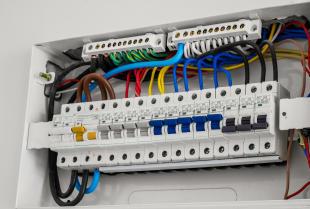 Jak działa wyłącznik różnicowoprądowy w instalacji elektrycznej?