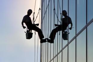 Na czym polega alpinistyczne mycie okien i co jest do tego potrzebne?