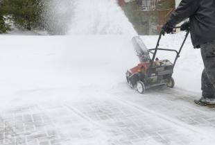 Jak zadbać o bezpieczeństwo podjazdu w trakcie zimy?