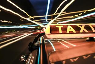 Stałe przewozy taksówkarskie – kiedy warto z nich korzystać?