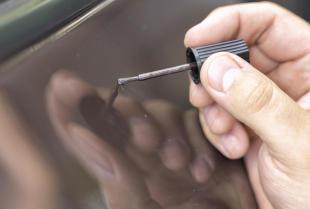 Zaprawki lakiernicze – sposób na skuteczną walkę z ubytkami w karoserii