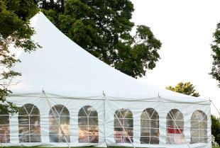 Wesele w plenerze – o czym pamiętać wynajmując halę namiotową?