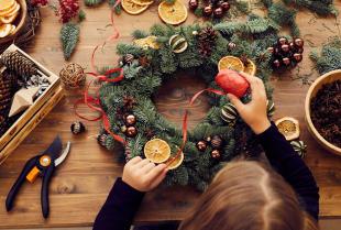 Stroik świąteczny – prosty sposób na wprowadzenie wyjątkowej atmosfery świąt