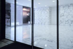 Szklane drzwi do biura i mieszkania – czy warto kupić?