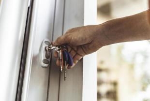Dlaczego warto wybrać do domu drzwi wejściowe z PCV?