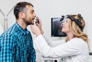 Leczeniem jakich chorób nosa zajmuje się laryngolog?