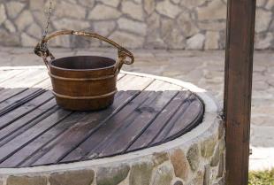 Budowa studni przydomowej – na czym dokładnie polega?