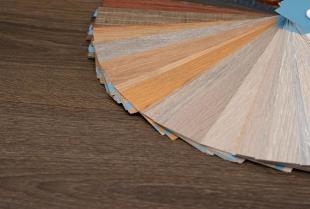 Panele podłogowe — charakterystyka i zalety płynące z ich stosowania