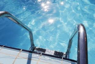 Drabinki kąpielowe – poznaj ich typy i wybierz najlepszą jakość